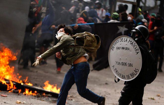 Şili'deki protestolar çatışmaya dönüştü! Molotof kokteyli atılan kadın polisler diri diri yanmaya başladı