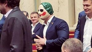 Ünlü siyasetçi Joker maskesiyle parlamentoyu bastı! Görenlerin ağzı açık kaldı