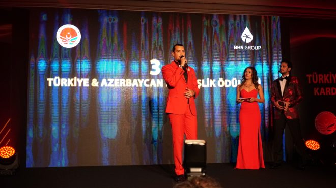 QRAS, Türkiye & Azerbaycan Kardeşlik Ödülleri gecesinde Yılın En İyi Tekstil Firması Ödülü'nü aldı