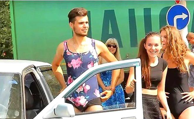 Rusya'da bir benzin istasyonu, bikinili müşterilerine ücretsiz yakıt vereceğini duyurunca ortalık karıştı!
