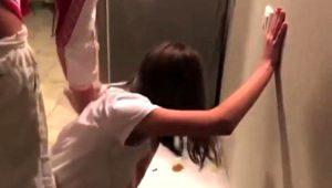 Ünlü oyuncu, evi kirleten kızını kalorifer peteğine bağlayarak cezalandırdı! Görüntüler sosyal medyada tepki çekti