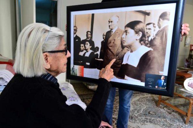 Atatürk'ün tarih dersi dinlerken çekilmiş fotoğrafındaki saçları örgülü kız bakın şimdi nasıl görünüyor!