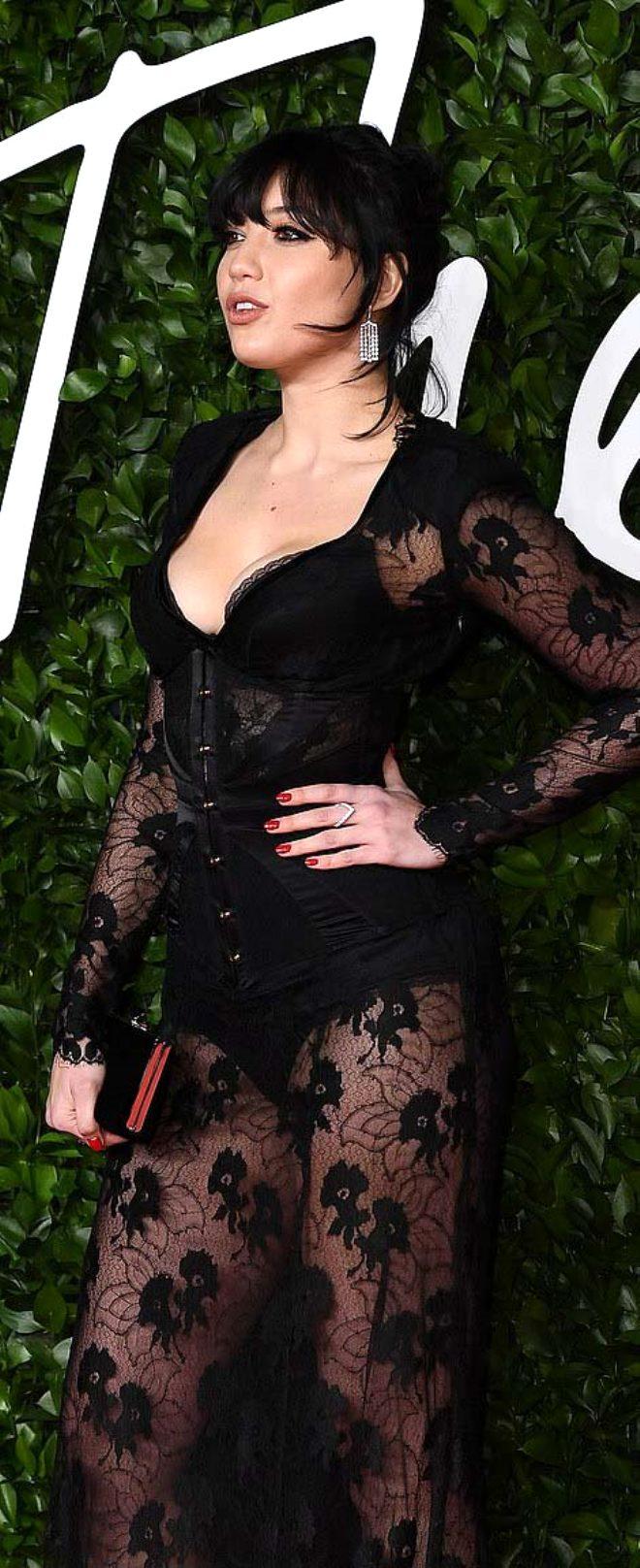 ABD'li oyuncu Bella Thorne, derin bacak dekoltesiyle görenleri şaşı etti!