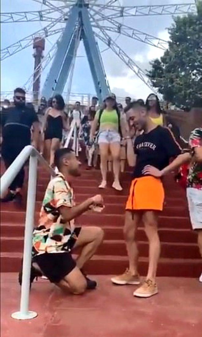 2 erkeğin sokak ortasındaki evlenme teklifi sosyal medyayı salladı