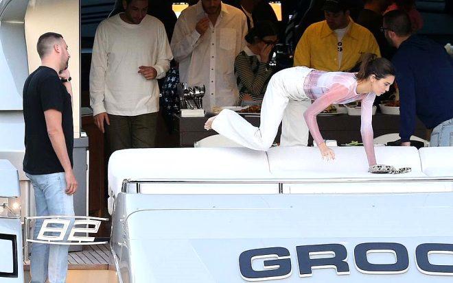 Ne yaptıklarına kimse anlam veremedi! Ünlü model Kendall Jenner, Bella Hadid'in üstüne çıktı
