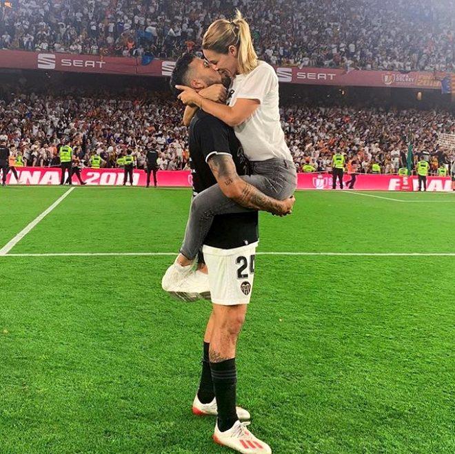 Ünlü futbolcunun eşi çırılçıplak soyundu, sosyal medyada yer yerinden oynadı!