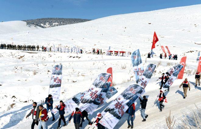Bu görüntü dünyanın başka yerinde yok! 90 bin şehit için beyazı kırmızıya boyadılar