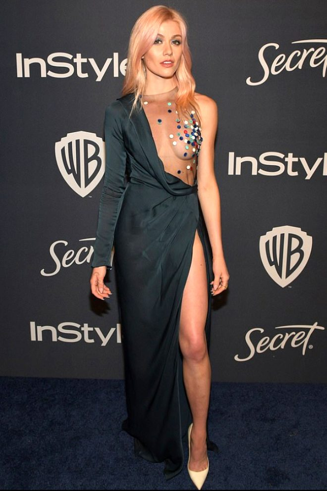 ABD'li oyuncu Katherine McNamara, Altın Küre'ye dekoltesiyle damga vurdu! Sadece göğüs ucunu kapadı