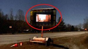 İki genç, billboard sistemine gizlice girip cinsel içerikli film yayınladı