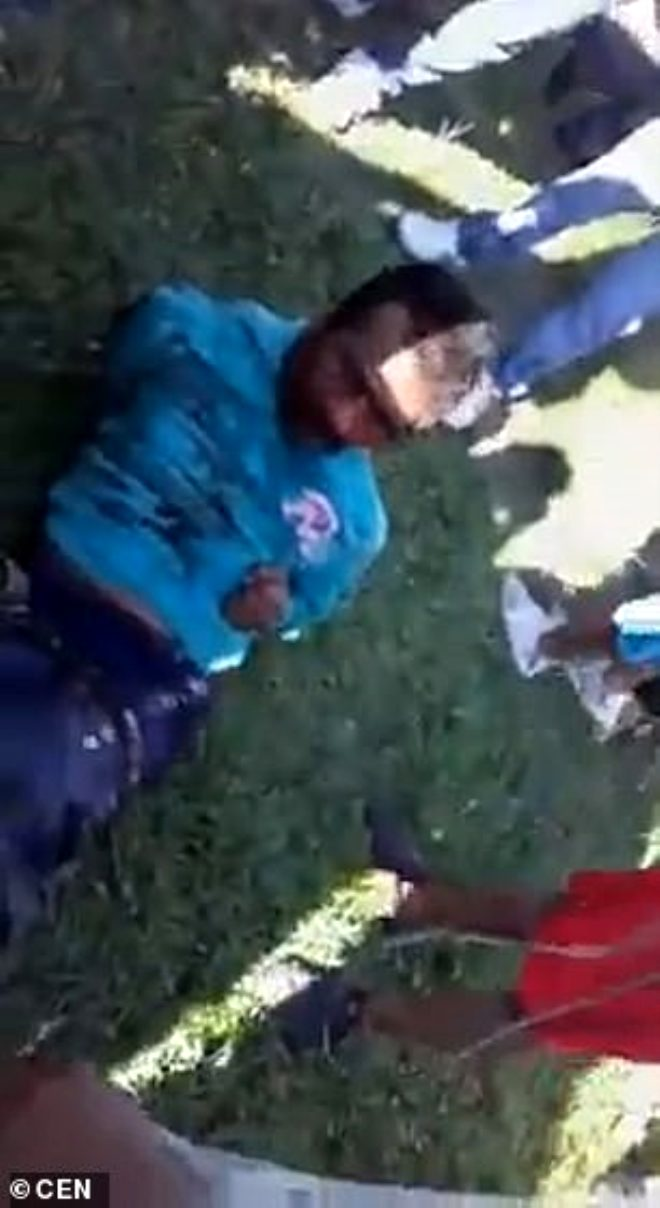 Cinsel istismarda bulunduğu kızı öldüren adamı, köylüler benzin dökerek yaktı