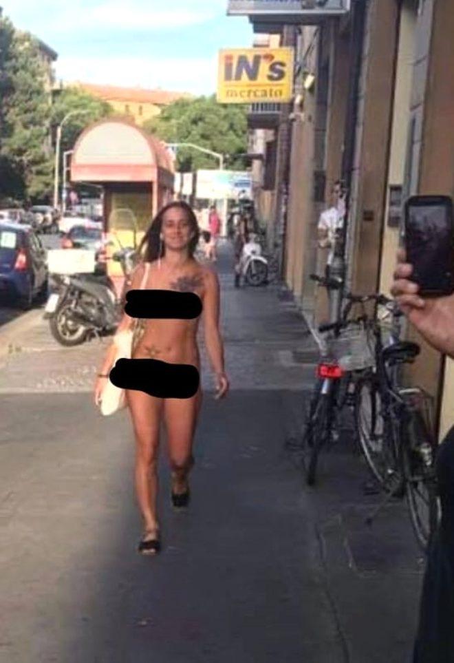 'Giyinmek istemiyorum' diyen kadın sokak ortasında çırılçıplak gezdi! 3 bin 300 euro ceza yedi