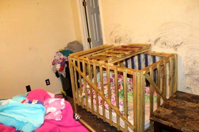 Polis baskını ortaya çıkardı! Canavar aile, 4 çocuğu tahta kafese kilitleyip işkence etti
