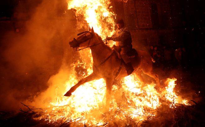 İspanya'da 300 yıllık gelenek! Kötülüklerden arınmak için atları ateş üzerinde yürüttüler!