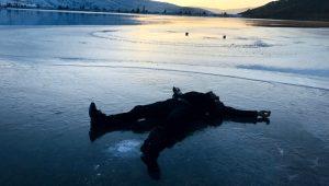 Donan göl üzerinde hatıra fotoğrafı çektirdiler! Ortaya birbirinden ilginç kareler çıktı