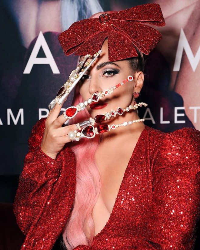 Marjinal kraliçe Lady Gaga evinin terasında fena yakalandı! Sevgilisini öpmelere doyamadı