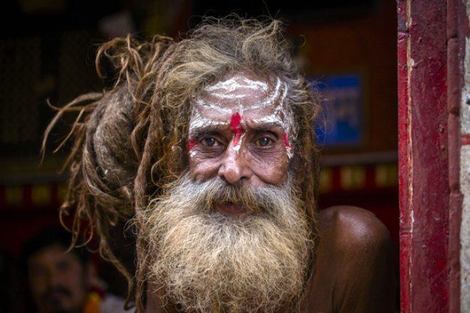 Saatlerce çıplak şekilde duruyor, asla cinsel ilişkiye girmiyorlar! İşte 'Sadhu'ların gizemli hayatı
