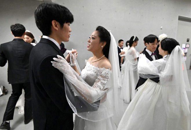 'Hastalıkta ve sağlıkta' dediler, koronavirüse rağmen topluca evlendiler!