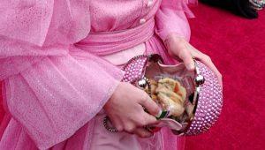 Oscar'a katılan ünlü oyuncu 14 bin liralık çantasına sandviç koyunca herkesi güldürdü!