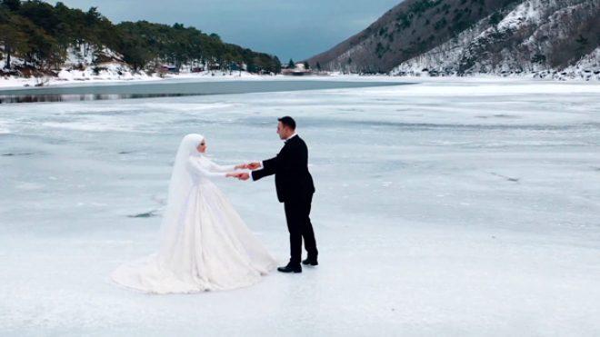 Photoshop sanan yanılıyor! Buz tutan göle çıkıp düğün fotoğrafı uğruna ölümü göze aldılar!