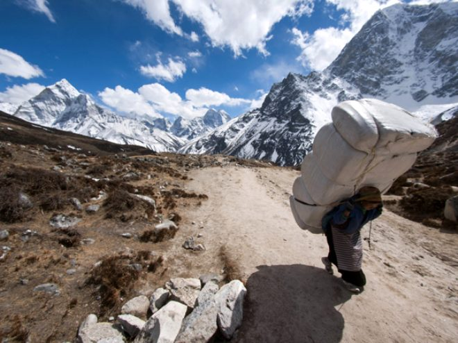 Dağcıların, tırmanma uğruna hayatını kaybettiği Everest'te, hamallık yapıyorlar! Kazançları dudak uçuklatıyor