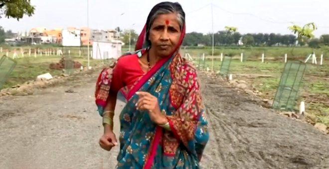 70 yaşındaki kadın, kocasının tedavisi için koşu yarışına katılıp birinci oldu!