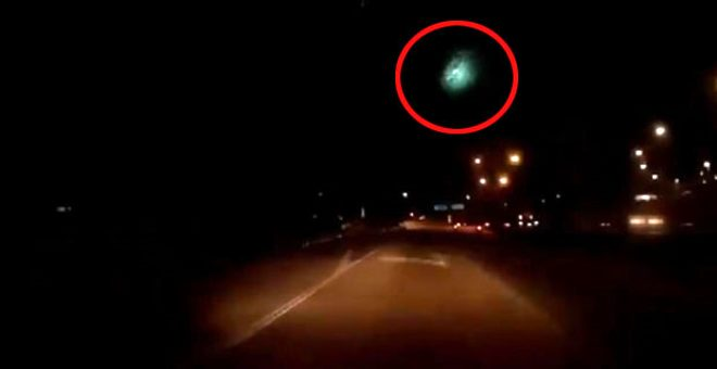 Gökyüzünde birden beliren meteor saniyeler içinde patlayarak kayboldu
