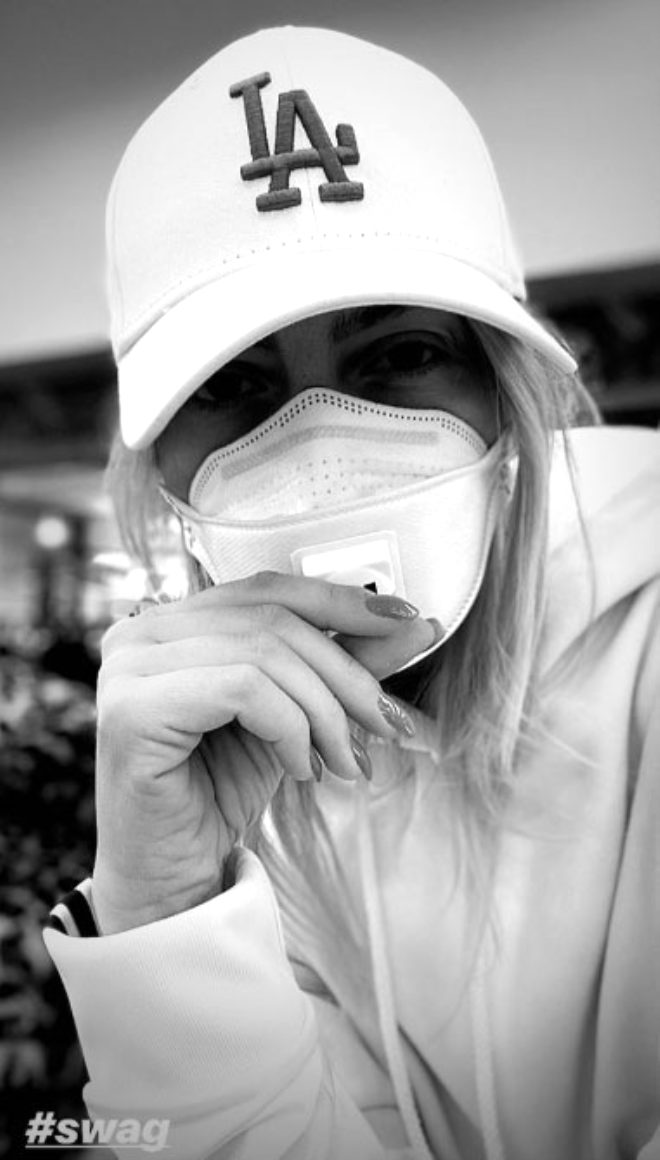 Ünlü şarkıcı Hadise, koronavirüse karşı maske takarak önlem aldı