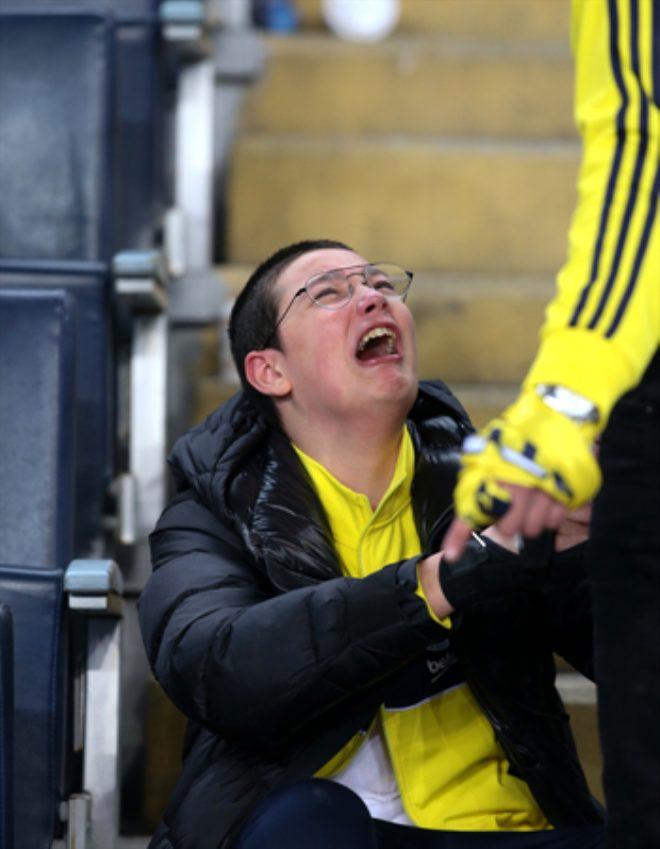 Derbide hezimeti yaşayan Fenerbahçeli taraftarlar hüngür hüngür ağlayıp, sandalyeleri sahaya fırlattı!