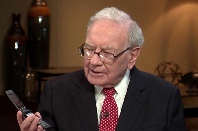 Dünyanın en zengin 4. insanı Warren Buffett, tuşlu telefonu bırakıp ilk akıllı telefonunu aldı!