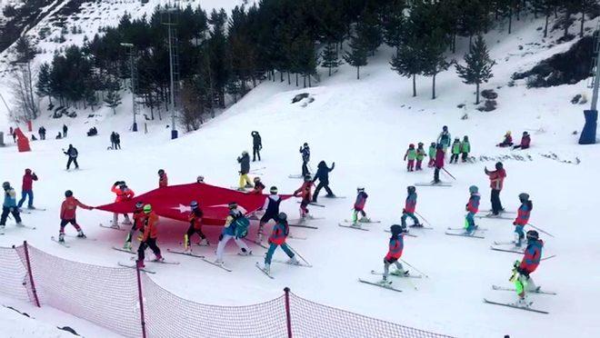 Duygulandıran görüntü! 2 bin 300 metre yüksekliğe çıkan ekipler şehitlerimiz için dev Türk bayrağı astılar