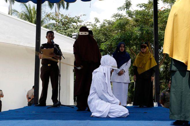 Endonezya'da evlenmeden cinsel ilişkiye giren 8 kişiyi ibret olsun diye kırbaçladılar