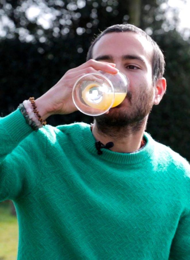 İngiliz adam her gün 1 su bardağı idrar içerek depresyonu atlattı!