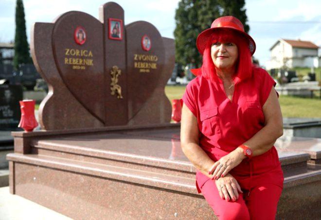 Bosna Hersek'in Kırmızı Kadın'ı 45 yıldır bu renk ile yaşıyor! Mezar taşını bile kırmızı yaptırdı