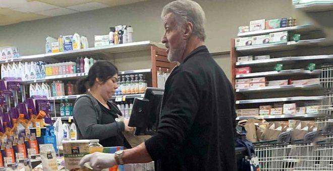 Efsane oyuncu Sylvester Stallone, koronavirüs korkusundan muayene eldiveni taktı