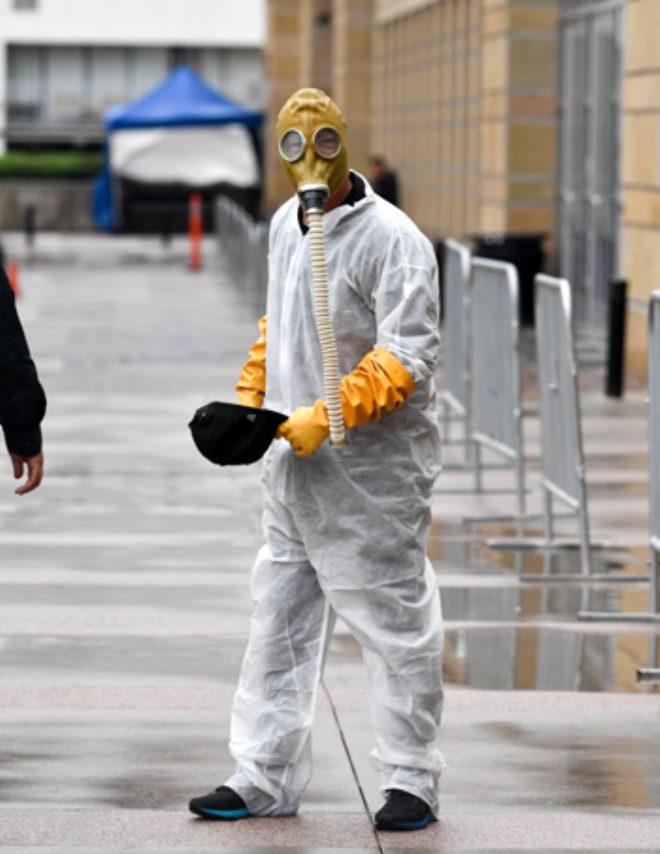 Ünlü komedyenin, gaz maskeli koronavirüs önlemi yok artık dedirtti!
