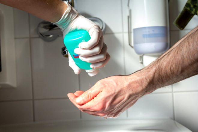 Koronavirüs salgınını fırsat bilen kurnaz adam, tanesini 50 TL'ye aldığı el dezenfektanını 860 TL'ye sattı!