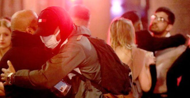 İngiltereli gençler ölümcül virüse meydan okudu! Sabaha kadar eğlenip sokakta öpüştüler