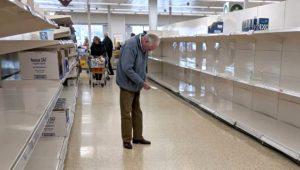 İngiltere'de market alışverişine çıkan yaşlı adamın bomboş rafların önündeki fotoğrafı yürek sızlattı