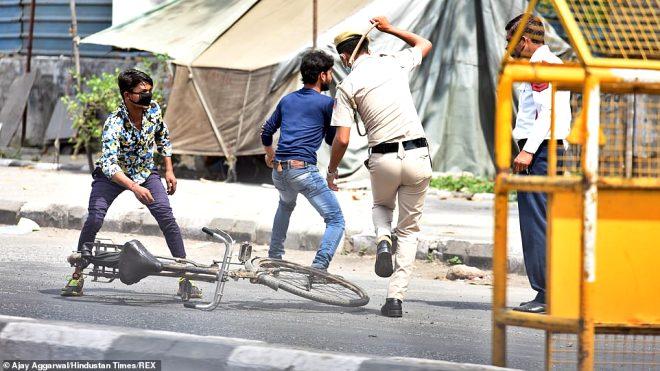 Hindistan'da sokağa çıkma yasağına uymayanları polis demirle dövdü