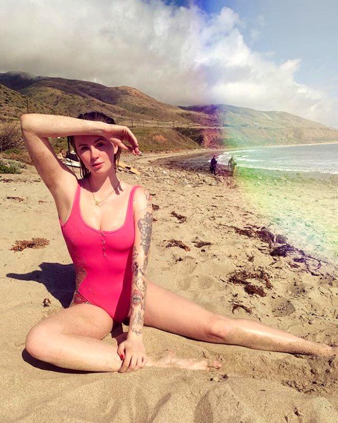 Sınır tanımayan model Ireland Baldwin, ayna karşısına geçip büyük göğüslerinden şikayet etti