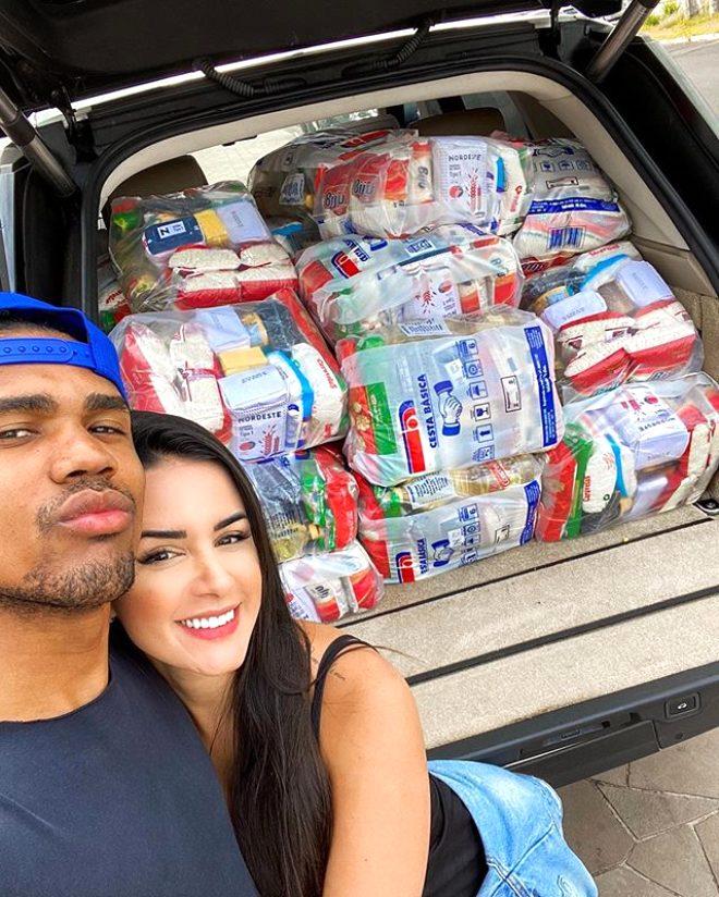 Ünlü futbolcu Douglas Costa, koronavirüsten dolayı zor günler geçiren ülkesinde model sevgilisiyle yardım dağıttı