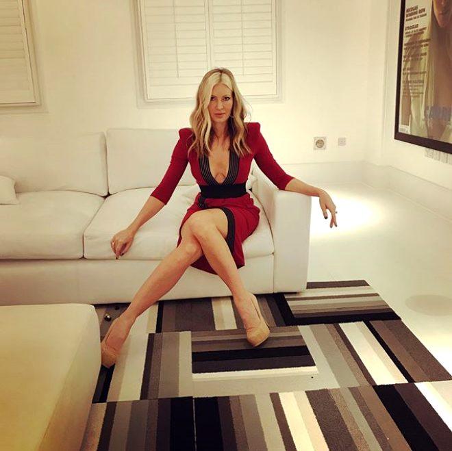 48 yaşındaki şov yıldızı Caprice Bourret evinin çatısında verdiği bikinili pozlarla yürek hoplattı