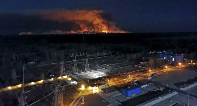 Binlerce insana mezar olan Çernobil'de yangın tehlikesi! Nükleer santrale ulaşmasına 1 km kaldı