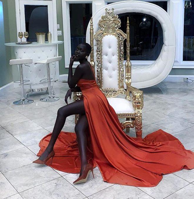 'Karanlığın Kraliçesi' lakaplı siyahi manken Nyakim Gatwech, ten rengiyle Guinness rekorlar kitabına girdi