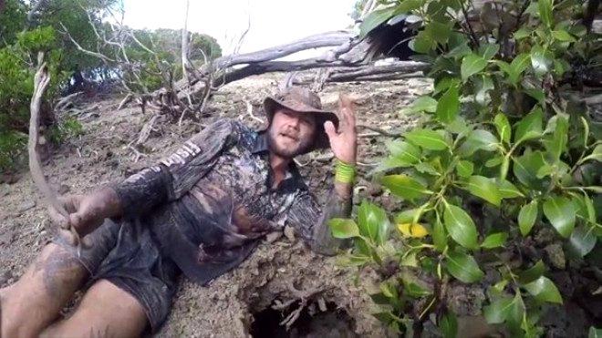 Milyonlar onu izledi! Avustralyalı maceraperest, toprağın altına girdi ve dev yengeç çıkardı