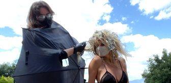 46'lık model Heidi Klum iç çamaşırı ve file çoraplarıyla saçlarını boyattı