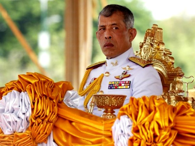 Salgın başlayınca kendisini haremiyle lüks otele kapatan Tayland Kralı cariyesiyle bisiklet keyfi yaptı