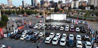 Arabadan inmek yasak! Karantinada bunalan İstanbullular, açık hava sinemasında buluştu