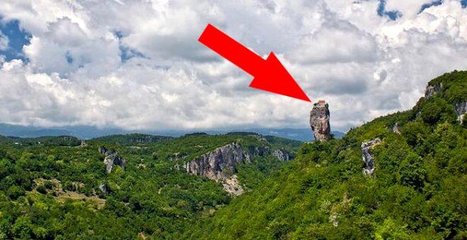 'Buraya kim çıkar' demeyin! Görevinden dolayı dev kayanın üstünde tek başına yaşıyor
