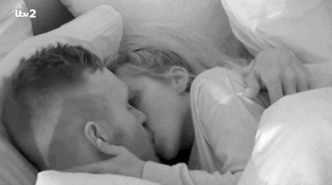 Aşk Adası yarışmacıları tanışır tanışmaz battaniye altına girip dakikalarca öpüştü